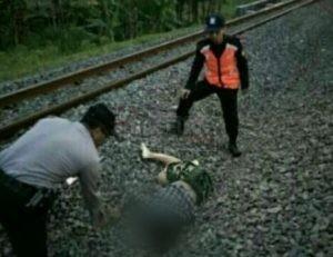 Korban tergeletak di pinggir rel KA dengan luka parah bagian kepala dan meninggal di lokasi kejadian. (Wid)