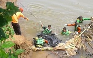 Proses evakuasi korban hanyut yang tersangkut batang pohon pisang. (Wid)