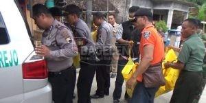 Kedua jenazah pasutri yang diketemukan meninggal dengan tidak wajar itu, dibawa ke Kamar Mayat RSUD dr. Tjitrowardojo Purworejo untuk dilakukan autopsi. (Eko)