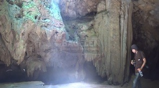 Stalagtit dan stalagmit yang telah berumur jutaan tahun tersebut tampak menawan saat terkena sinar lampu warna-warni yang terpasang di sepanjang jalur penelusuran goa. (Wid)