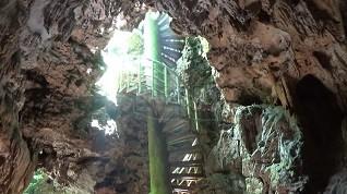 Untuk masuk ke dalam goa pengunjung dapat melalui sebuah tangga berputar yang terbuat dari besi baja untuk menuruni tangga hingga ke dasar goa. (Wid)