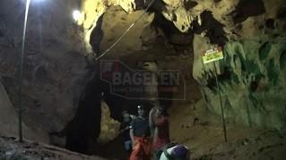 Ragam stalagtit dan stalagmit mempesona yang tampak menghiasi dinding, lantai maupun atap Goa Seplawan. (Wid)