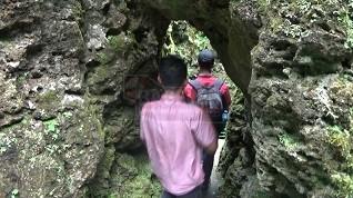 Pintu masuk lain Goa Seplawan yang cukup menantang dan tak kalah menawan. (Wid)