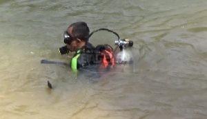 Pencarian dengan peralatan menyelam. (Wid)
